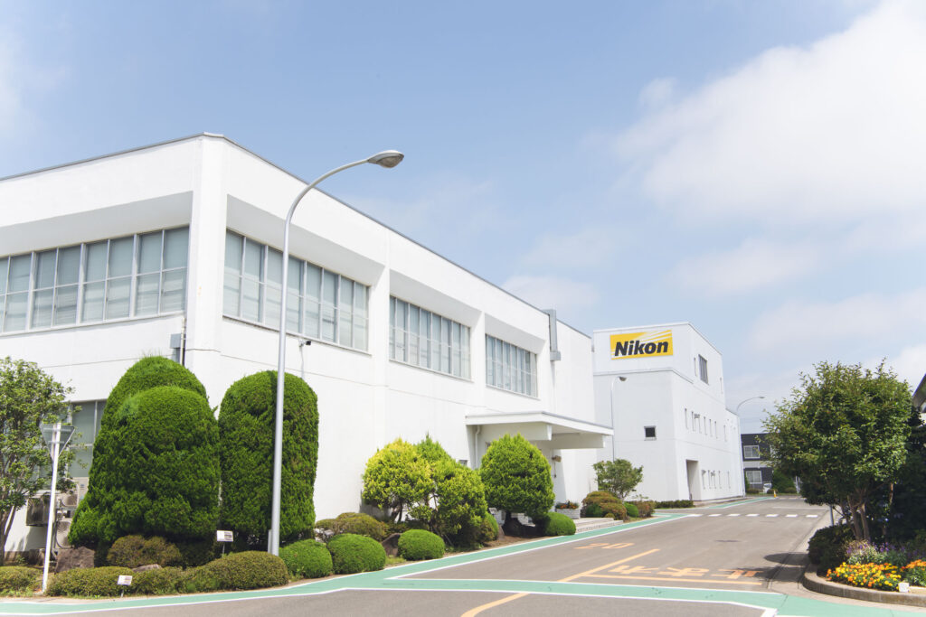 Nikon sposterà la sua produzione in Thailandia, nella fabbrica operativa da 30 anni. Tuttavia, la produzione di obiettivi e altri strumenti di precisione sarà comunque eseguita in Giappone.